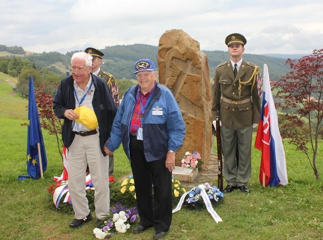 Američtí účastníci letecké bitvy u pomníku na Vyškovci (autor: Renata Vaculíková)